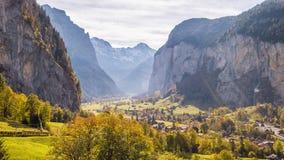 Pueblo de montaña suizo Lauterbrunnen Suiza 4k aéreo metrajes