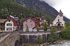 Pueblo de montaña suizo típico de las montañas, Gurtnellen Foto de archivo libre de regalías