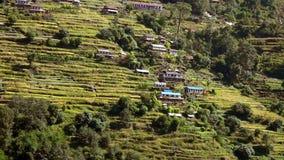 Pueblo de montaña tradicional típico situado en cuesta a lo largo de emigrar la trayectoria en el Himalaya en Nepal almacen de metraje de vídeo