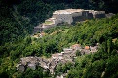 Pueblo de montaña y fortaleza fotografía de archivo
