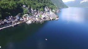 Pueblo de montaña y lago alpino, montañas austríacas de Hallstatt almacen de metraje de vídeo