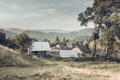 Pueblo de montañas cárpatas fotografía de archivo