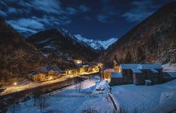 Pueblo de monta?a nevoso del tiro de la noche imagenes de archivo