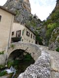 Pueblo de Moustiers-Sainte-Marie, Francia, Europa imagenes de archivo