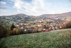 Pueblo de Nydek en República Checa con las colinas en el fondo durante día agradable del otoño Fotografía de archivo