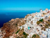 Pueblo de Oia del Griego en la isla de Santorini Fotografía de archivo