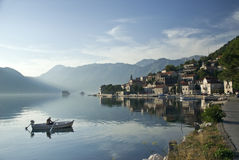 Pueblo de Perast en la bahía del kotor en Montenegro con el fiordo y el pescador Foto de archivo