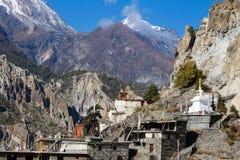 Pueblo de piedra tradicional de la estructura de Manang Montañas en el fondo Área de Annapurna, Himalaya, Nepal fotografía de archivo libre de regalías