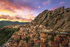 Pueblo de Pietrapertosa en Apennines Dolomiti Lucane Basilicata, Italia imagenes de archivo