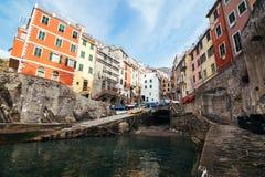 Pueblo de Riomaggiore de Cinque Terre en Liguria, Italia Fotos de archivo