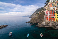 Pueblo de Riomaggiore de Cinque Terre en Liguria, Italia Foto de archivo