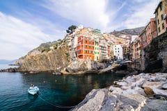 Pueblo de Riomaggiore de Cinque Terre en Liguria, Italia Imagen de archivo