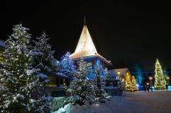 Pueblo de Santa Claus el ' en Finlandia rodeó por los árboles de navidad Imágenes de archivo libres de regalías