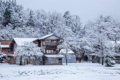 Pueblo de Shirakawago con la cubierta de nieve imagen de archivo