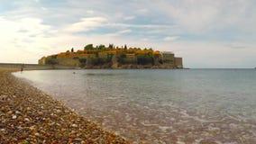 Pueblo de Sveti Stefan almacen de metraje de vídeo
