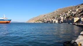 Pueblo de Symi y Mar Egeo del puerto imagenes de archivo