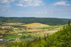 Pueblo de Szczytna desde arriba en las montañas de Stolowe imagen de archivo libre de regalías