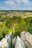 Pueblo de Szczytna desde arriba en las montañas de Stolowe Fotos de archivo libres de regalías