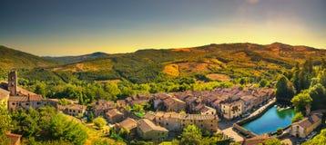 Pueblo de Toscana, de Santa Fiora, peschiera e iglesia medievales mon Fotografía de archivo libre de regalías