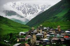 Pueblo de Ushguli con la montaña de Shkhara en el fondo Fotografía de archivo libre de regalías