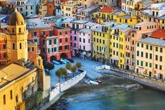 Pueblo de Vernazza, iglesia y opinión aérea de los edificios Terre de Cinque Fotografía de archivo