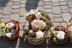 Pueblo de Voroblevychi, distrito de Drohobych, Ucrania - 7 de abril de 2018: Cestas de Pascua con la comida foto de archivo