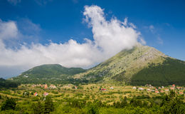 Pueblo debajo de las montañas Montenegro rural Imagen de archivo libre de regalías