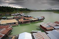 Pueblo del agua en el lago Vajiralongkorn, Tailandia Imagen de archivo
