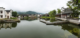 Pueblo del chino tradicional a lo largo de un río Fotos de archivo