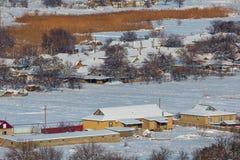 Pueblo del invierno, casas en la nieve fotos de archivo