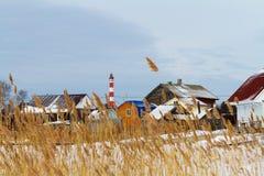 Pueblo del invierno con el faro Imagen de archivo