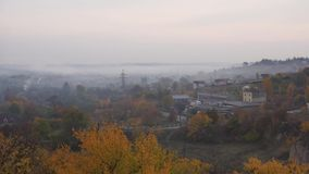 Pueblo del otoño en niebla almacen de metraje de vídeo