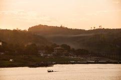 Pueblo del país de la orilla por la mañana Imagen de archivo libre de regalías