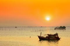 Pueblo del pescador con el barco Imagenes de archivo