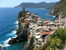 Pueblo del top del acantilado de Cinque Terre Foto de archivo libre de regalías