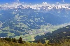 Pueblo del valle de Zillertal rodeado por las montañas con durin de la nieve imagenes de archivo