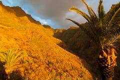 Pueblo durante puesta del sol, Tenerife, España de Masca foto de archivo