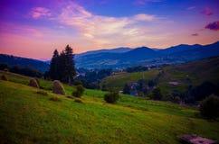 Pueblo en área montañosa foto de archivo