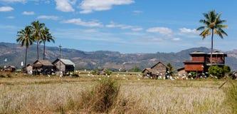 Pueblo en arroz de arroz cerca del lago Inle adentro fotos de archivo libres de regalías