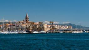 Pueblo en Cerdeña Italia Tomado del mar imagen de archivo libre de regalías