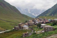 Pueblo en colinas de la provincia de Svaneti, Georgia Foto de archivo libre de regalías