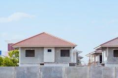 Pueblo en curso, waitin de la construcción de viviendas y del emplazamiento de la obra Imagen de archivo libre de regalías