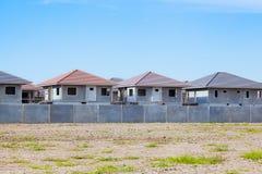 Pueblo en curso, waitin de la construcción de viviendas y del emplazamiento de la obra Fotos de archivo libres de regalías