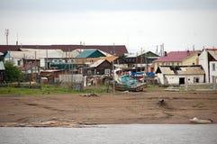 Pueblo en el río interior Rusia de Kolyma Fotos de archivo libres de regalías