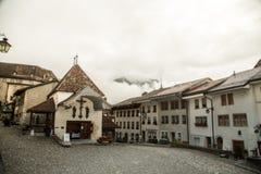 Pueblo en el valle de las montañas suizas Imágenes de archivo libres de regalías