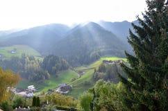 pueblo en el valle verde imagen de archivo