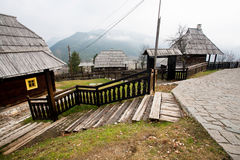 Pueblo en la colina con la calle de los adoquines Foto de archivo