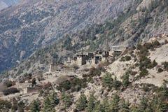 Pueblo en la colina escarpada en Himalaya fotos de archivo