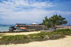 Pueblo en la costa del mar tropical Imagenes de archivo