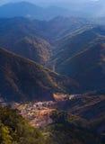 Pueblo en la montaña Fotos de archivo libres de regalías